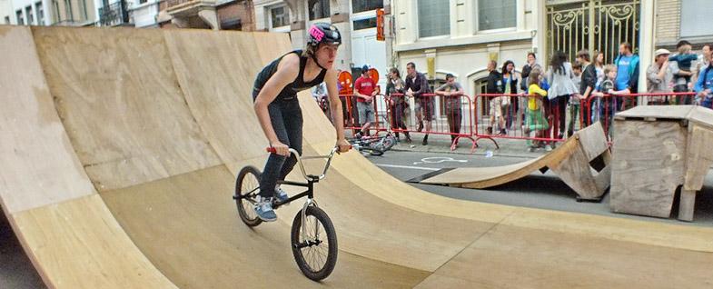 BMX-parcours in de Belegstraat tijdens de Brederodefeesten - © Raymond Clement